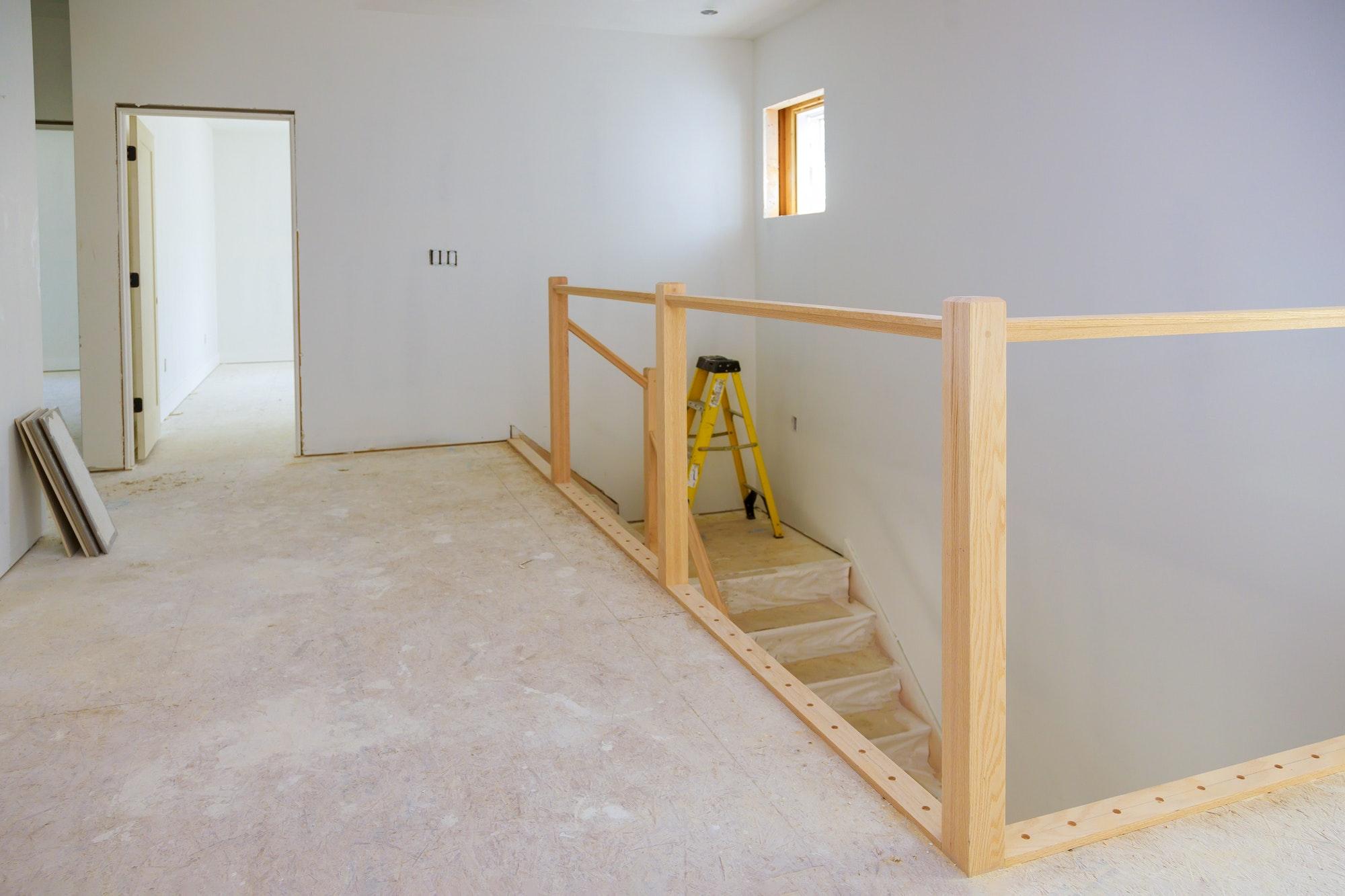 Interior construction of housing project with molding installedServicios Proyectos Reformas Locales
